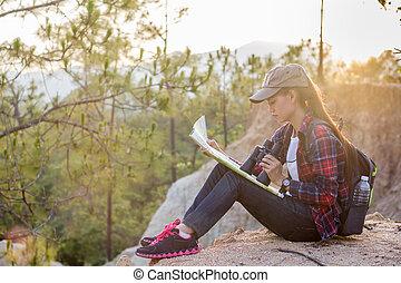 ficar, mapa, ground., mulher, dela, caminhada, binóculos, mãos, selvagem, menina, montanhas.