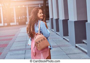 ficar, marrom, mulher, rucksack, vestido, segura, costas, cabelo longo, enquanto, rua., trendy, vista, roupas