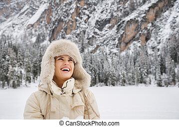 ficar, mulher, agasalho, cima, olhar, enquanto, ao ar livre, chapéu, feliz