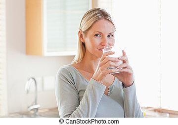 ficar, mulher, algum, água, bebendo, cozinha