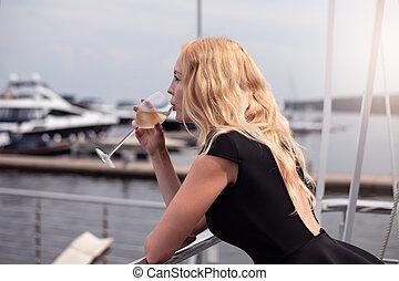ficar, mulher, coquetel, clube, vestido, bebida, iate, pretas, branca, sacada, abertos, vinho