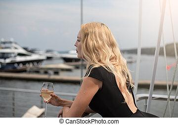 ficar, mulher, coquetel, clube, vestido, iate, vidro, pretas, branca, sacada, abertos, vinho
