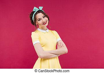 ficar, mulher, jovem, amarela, braços cruzaram, sorrindo, vestido