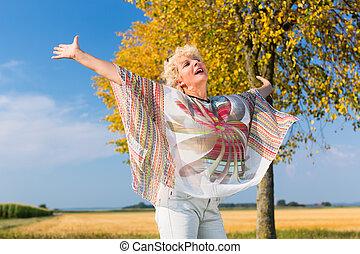 ficar, mulher, livre, enquanto,  Outdoo, Ativo,  Sênior, sentimento, Feliz