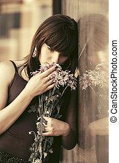 ficar, mulher, parede, jovem, triste, flores
