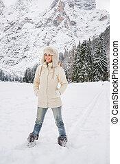 ficar, mulher, pele, casaco inverno, ao ar livre, chapéu branco