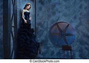 ficar, mulher, room., longo, escuro, vestido preto