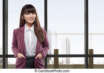 ficar, negócio mulher, janelas, asiático, frente, sorrindo