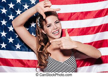 ficar, olhar, enquanto, mulher, me!, quadro, foco, contra, jovem, alegre, bandeira, através, dedo, fazer, aquilo, sorrizo, nacional, americano