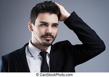ficar, olhar, usado, fundo, olhar, cinzento, afastado, jovem, formalwear, mão, cabelo, confiante, enquanto, perfect., contra, segurando, retrato, homem