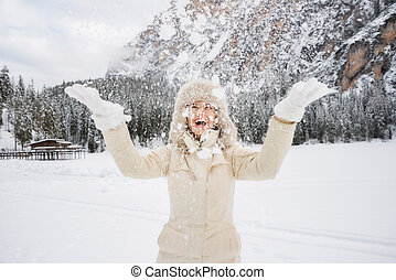 ficar, outdoos, mulher, pele, vomitando, neve, enquanto, chapéu, feliz