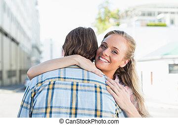 ficar, par, atraente, abraçando