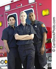 ficar, paramédico, frente, retrato, ambulância
