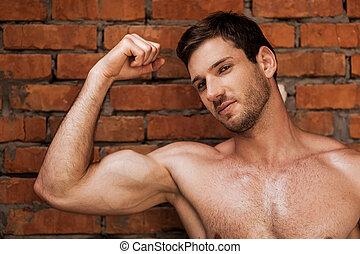 ficar, parede, jovem, muscular, enquanto, posar, contra, masculinity., homem tijolo, bonito