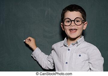 ficar, pequeno, learner., quadro-negro, alegre, aluno, sorrir feliz, óculos