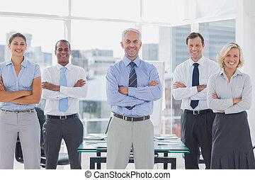 ficar, pessoas negócio, braços dobrados, equipe, sorrindo