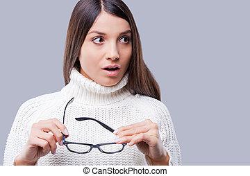 ficar, que, inverno, jovem, chocado, cinzento, contra, enquanto, morno, that?, fundo, segurando, mulheres, roupa, óculos