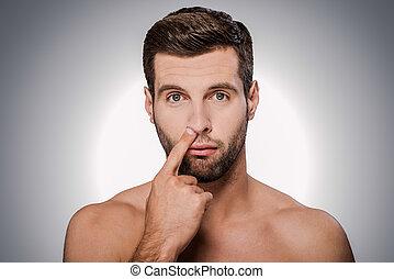 ficar, seu, cavando, jovem, shirtless, cinzento, contra, gold., enquanto, nariz, fundo, retrato, colheita, bonito, homem