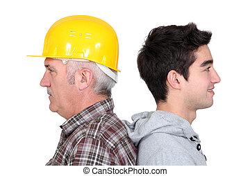 ficar, seu, costas, experimentado, novo, tradesman, aprendiz