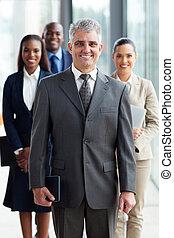 ficar, seu, equipe negócio, frente, sênior, líder