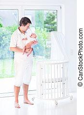 ficar, seu, pai, jovem, logo, recem nascido, prendendo bebê, sorrindo