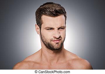 ficar, shirtless, cinzento, contra, olhando jovem, enquanto, disgust., fundo, grimacing, retrato, sentimento, frustrado, afastado, homem