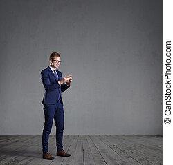 ficar, smartphone, concept., escritório, cinzento, wall., frente, homem negócios, negócio