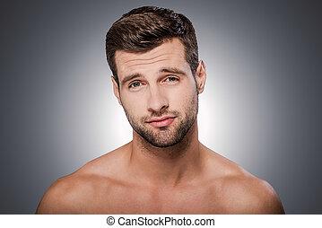 ficar, uncertain., shirtless, jovem, contra, cinzento, olhar, enquanto, câmera, fundo, retrato, sentimento, frustrado, homem