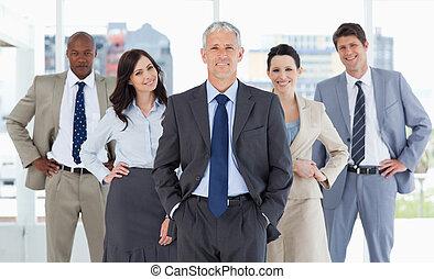 ficar, vertical, equipe, mãos, seu, negócio, quadris, ...