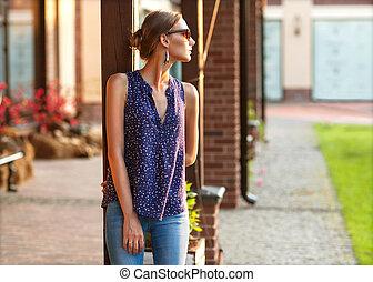 ficar, vestido, stylishly, rua, pôr do sol, menina