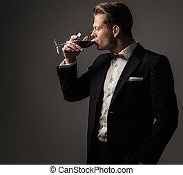 fiducioso, affilato, vestito, uomo, con, vetro vino