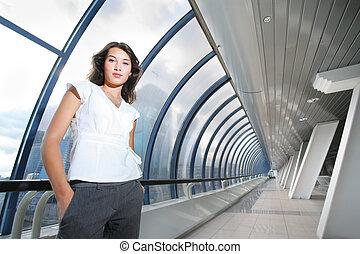 fiducioso, donna d'affari, in, futuristico, interior.