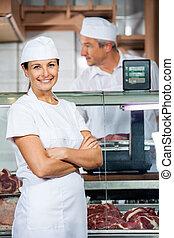 fiducioso, macellaio, con, collega, lavorativo, in, negozio