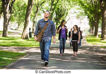 fiducioso, maschio, grad, studente, camminare, su,...