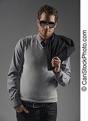 fiducioso, rilassato, men., fiducioso, giovani uomini, in, occhiali da sole, standing, isolato, su, grigio, e, presa a terra, uno, giacca, su, suo, spalla