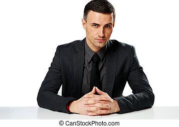 fiducioso, uomo affari, sedere tavola, isolato, su, uno, sfondo bianco