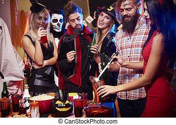 fiesta, bebida, halloween, puñetazo