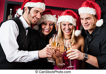 fiesta de christmas, amigos, en, barra, tostada, champaña