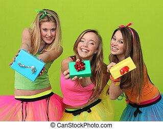 fiesta de cumpleaños, adolescentes, con, regalos