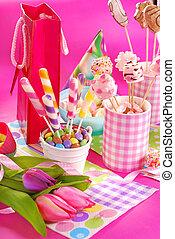 fiesta de cumpleaños, tabla, con, flores, y, dulces, para, niños