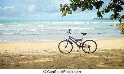 fiets, geparkeerd, op, een, tropisch strand