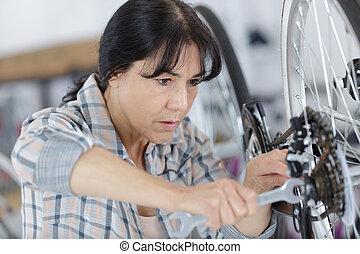 fiets, herstelling, vrouwlijk, werktuigkundige, middelbare leeftijd
