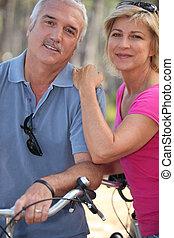 fiets, paar, het genieten van, rijden, getrouwd