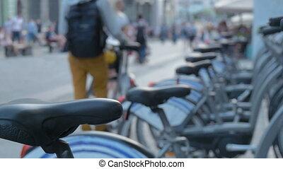 fiets, parkeren, naast, de, voetganger, straat., ecologisch, alternatief, transport.