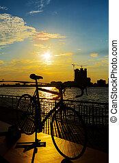 fiets, silhouette, ondergaande zon , in, bangkok, en, chopraya, rivier, thailand