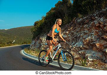 fietser, berg, vrouw, fiets helpend, straat