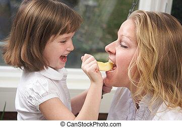 figlia, alimentazione, mamma, un, mela