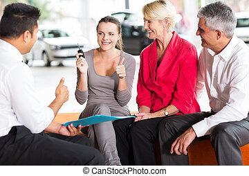 figlia, automobile, loro, genitori, maturo, nuovo, acquisto