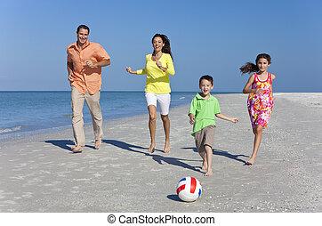 figlia, famiglia, soleggiato, football, padre, due, figlio, correndo, calciare, sabbia, madre, bambini, divertimento, spiaggia, detenere, felice