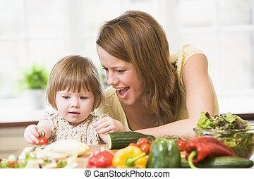 figlia, insalata, madre, fabbricazione, sorridente, cucina